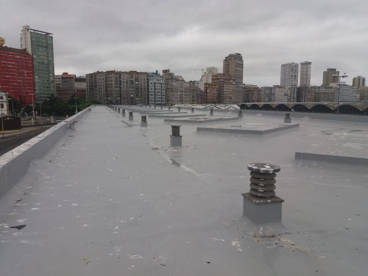 Impermeabilización de la cubierta plana de los edificios de almacenes para exportadores ubicados en el muelle de la palloza.