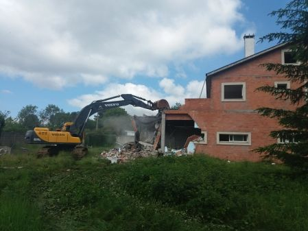 Retroexcavadora volvo 290 en demolición