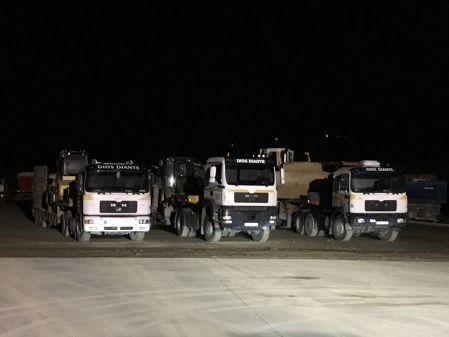 Foto nocturna camiones con góndola