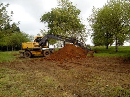 Retro ruedas volvo 180 plantando árbol