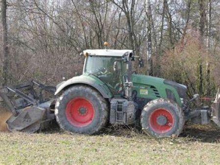 Tractor con trituradora forestal