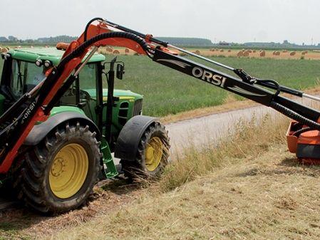 Tractor con desbrozadora de brazo