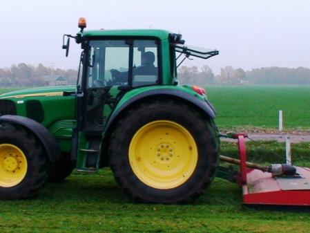 Tractor con desbrozadora John Deere 6220
