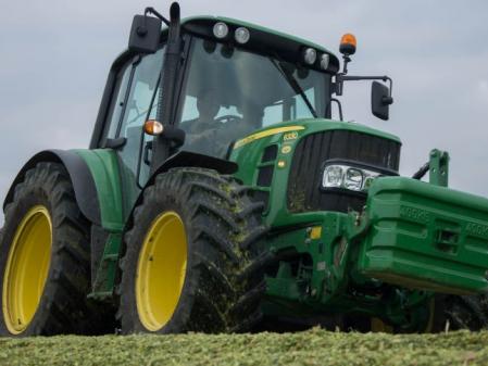 Tractor ensilando John Deere 6330