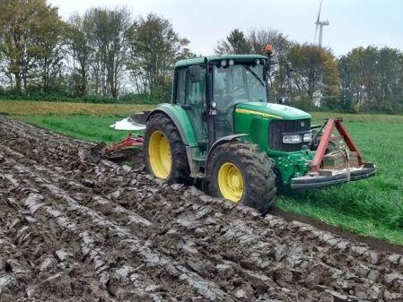 Tractor con arado John Deere 6320