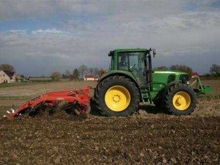 Tractor con grade de discos