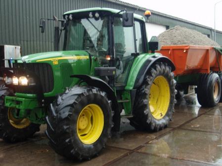 Tractor con remolque John Deere 6220