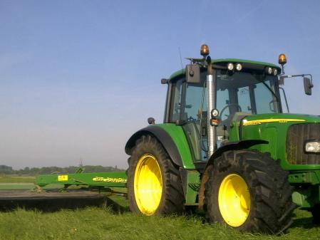 Tractor con segadora John Deere 6220